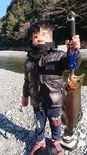 奥多摩フィッシングセンターで50UPを釣り上げる息子